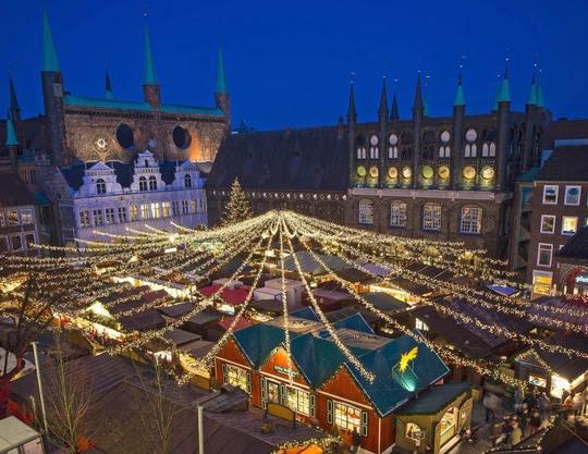 Lübecker Weihnachtsmarkt am historischen RathausFoto: Olaf Malzahn