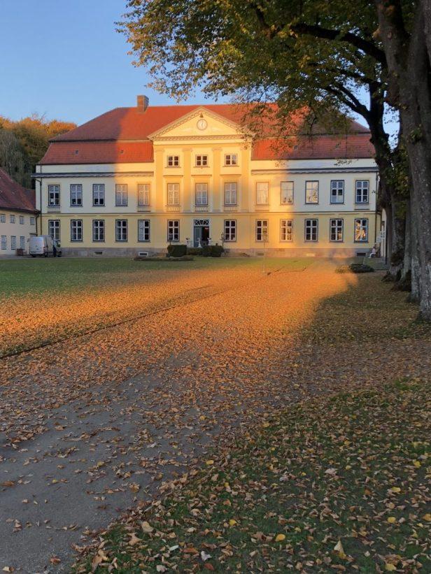 bild 1 Herrenhaus_Herbst-5-768x1024