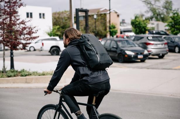 Wanderrucksack - DUO Mann mit Rucksack auf dem Fahrrad (1)